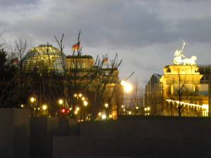 Il Reichstag e la Porta di Brandeburgo viste dal monumento